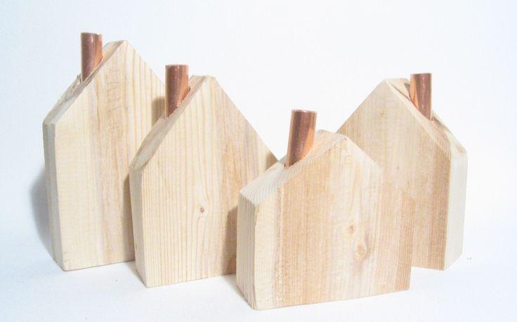 Dřevěné+domečky+s+měděnými+komínky+Dřevěné+domečky+s+měděnými+komínky.+Rozměry+š+x+v+x+h+(měřeno+bez+komínků):+Největší-+cca+9,9+x+15,6x+3,7cm+Velký-+cca+9,8+x+12,6x+3,8cm+Menší-+cca+9,8+x+12,6+x+4,2cm+Nejmenší-+cca+9,9+x+9,6x+4,2cm+Krásná+dekorace+na+stůl,+komodu+i+poličku.+Jedná+se+o+ruční+práci+ze+dřeva,+tedy+drobné+nedokonalosti+jsou...