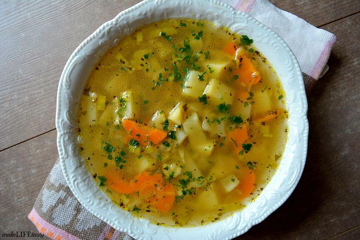 Lekka zupa jarzynowa to świetny sposób na to, żeby odpocząć od nieco cięższych potraw. Delikatna w smaku, a jednocześnie dosyć wyrazista za sprawą kilku dodatków.