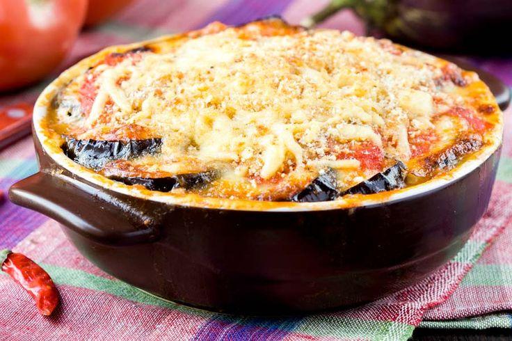 Moussaka  Moussaka ist das wohl bekannteste griechische Gericht. Meine schnelle, superleckere, 'leichte' Variante kommt ohne schwere Béchamelsauce aus.  http://einfach-schnell-gesund-kochen.de/moussaka/
