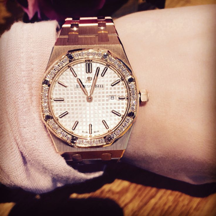 Audemars Piguet ladies Royal Oak in rose gold win diamond bezel, available at Armstrong Rockwell, an authorized AP dealer. Armstrongrockwell.com