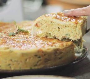 Pastel assado sem glúten feito com a massa pão de queijo