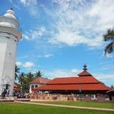 Masjid Agung Banten merupakan salah satu masjid tua yang enggan kehilangan pesonanya. Berlokasi di Kecamatan Kasemen, sekitar 10 km dari Kota Serang, masjid ini berdiri pada 5 Djulhijjah tahun 966 Hijriyah atau sekirar 1569 oleh Sultan Maulana Yusuf.