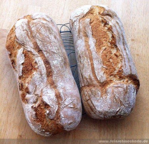 """Eines unserer absoluten Lieblingsbrote ist schon seit Beginn meiner """"Backlaufbahn"""" das Bauernbrot nach Cucina Casalinga (hier schon einmal verbloggt). Wer spontan noch ein Brot benötigt, ohne einen Tag vorher einen Sauerteig anzusetzen, wird dieses Brot heiss und innig lieben! Mittlerweile wird aber dank Backstein und Co etwas anders gebacken – das Ergebnis ist nun noch besser! 25 g Hefemit 10 g Zuckerin ein wenig Wasser auflösen Parallel250 g Weizenmehl Typ 405 mit125 g Roggenmehl Typ…"""