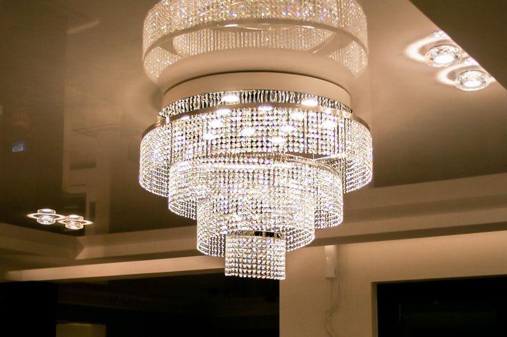 Kryształowy żyrandol rozświetli każde nowoczesne i stylowe wnętrze. #salon #kryształowyżyrandol #lighting #nowoczesnewnętrze #swarovski