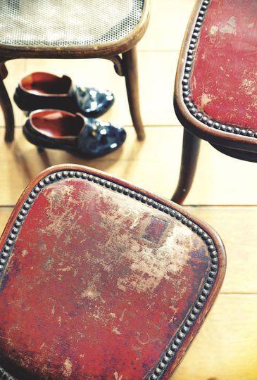 Des chaises vintage au premier étage - Resto à domicile au style industriel - CôtéMaison.fr