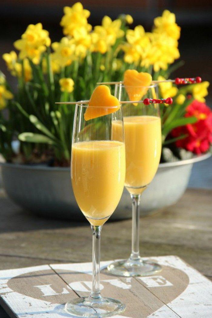 Love.................Piña-Mango-Lada!   Snijd een halve ananas en een hele mango in stukjes en zet het een paar uur in de diepvries. Doe het fruit hierna in de blender. Plaats het deksel op de beker (+/- 15 seconden laten blenden). Giet hierna een halve fles Prosecco erbij en even kort laten blenden.  Garneer het glas met een stukje fruit aan een prikker. Proost!