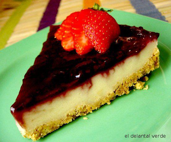 Tarta fria.   Exquisita torta casera combinada con yogurt, gelatina y dulce de fresa.