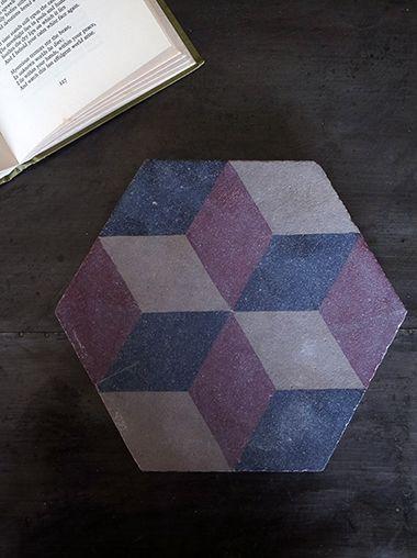 ベルギーから届きました、アンティークタイルです。六角形のタイルには、幾何学的な模様が描かれています。レッド、ブラック、ホワイト3色の褪せたような独特の色合いがこちらのタイルの魅力。この幾何学模様と3色の色使いはトルコの伝統的な古いタイルで使われるパターンだそうです。