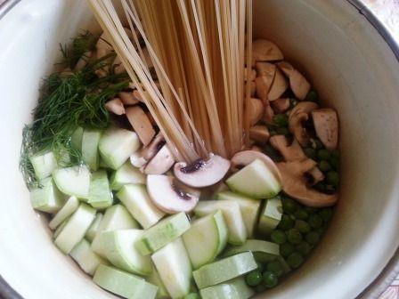 Спагетти с грибами, кабачками и зеленым горошком