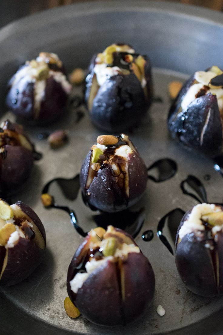 Warm figs with goat cheese, pistachios and balsamic glaze - perfect recipe for a healthy salad