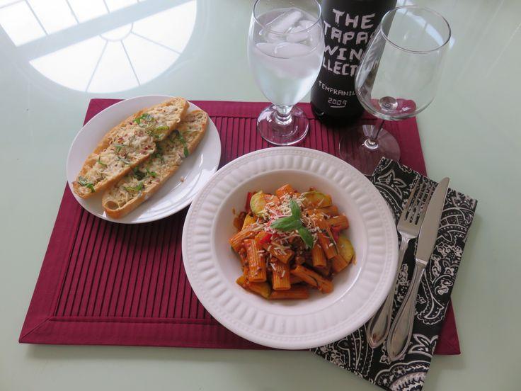 Today's Dinner- Baked Ziti pasta. 오늘저녘은 냄비하나로 만드는 무지 무지 쉽게 만들수 있고 맛도 좋은 파스타 요리입니다.  *코팅된 냄비에 이탈리안 쏘세지를 볶다 양파, 파프리카, 마늘, 올리브오일과 토마토 패이스트를 넣고볶다 *마른파스타(따로 삶지않습니다), 치킨스톡은과 화이트 와인을 넣고 (파스타가 잠길정도)   *오레가노, 파슬리, 핫고추, 소금, 후추로 양념. 뚜껑을 덮고 중간불에 파스타가 살짝 덜 익을때 까지 끓이다 호박 얄게썬것과 바질을 넣어줍니다. 끝! 솥하나 요리. **요리팁^.~; 파스타가 거의 다 익어가는데도 물이 많을땐 뚜껑을 연체로 불을 강하게 끓이면 물이 금방 줄어듭니다.