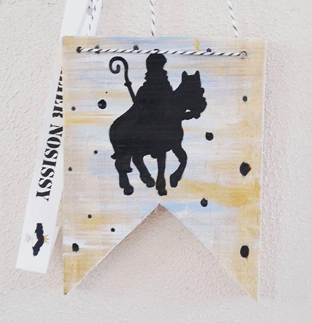 Dikke houten vlag met sinterklaas op paard silhouet om op te hangen, by #ateliernosissy ♡♡ ☆ #woodpainting #houtenvlag #sinterklaas #decoratie #holz #holzdeko #handgemacht #sintnicolaas #sintnicolaus #decoration #holidaycraft #illustratie #illustration #handmade #handcraft #stoerwonen #woonkamerdecoratie #kinderkamer #creativelifehappylife #woodenlabel