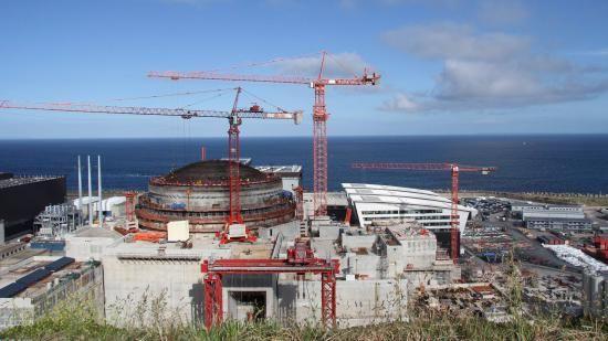 """Selon des experts, la cuve de l'EPR de Flamanville (Manche) risque de ne pas tenir dans le temps. """"La cuve d'une centrale nucléaire c'est vraiment le coeur du réacteur, le chaudron dans lequel se déroule la réaction nucléaire, explique Nicolas Chateauneuf. À l'intérieur de la cuve, il y a des barres d'uranium qui chauffent l'eau à très haute pression pour produire de la vapeur et ensuite de l'électricité. La cuve, pour résumer, c'est la pièce maitresse dan..."""