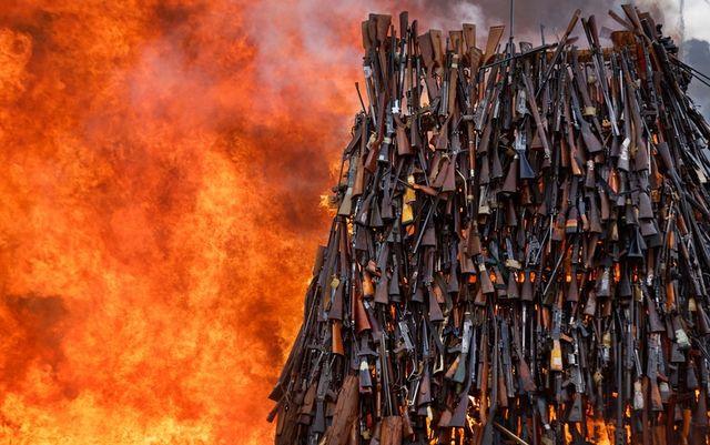 Полиция Кении сожгла конфискованное оружие - Bird In Flight