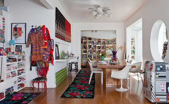 decoracao de cozinha hippie : decoracao de cozinha hippie:Na sala, mesa de jantar de madeira teca com cadeiras clássicas de