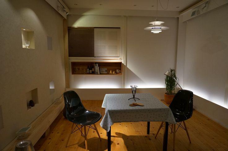 リビングの照明例。 低い位置からの間接照明と、和みを感じるペンダント照明を合わせています。 落ち着きを感じる空間演出の一例です。