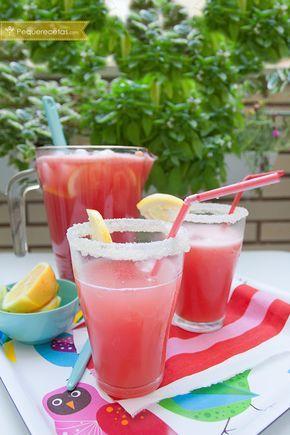 Aprende a preparar una limonada rosada, una bebida perfecta para los días calurosos. Una receta de verano fácil y divertida: limonada de sandía paso a paso.