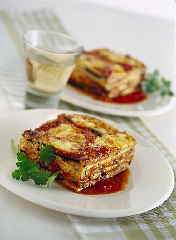 Hai mai provato la parmigiana in questa variante, con melanzane e zucchine grigliate e l'aggiunta di salsa all'uovo? Scopri la ricetta di Sale&Pepe.