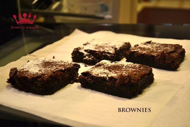 Brownies | Gnam si mangia. Una ricetta semplice e veloce per preparare un dolce classico della cucina americana, i Brownies al cioccolato fondente!