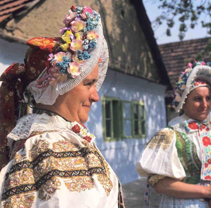 Čepiec s nášivkou z umelých kvetov. Vajnory (okr. Bratislava), 1977. Archív diapozitívov Ústavu etnológie SAV. Foto A. Pranda