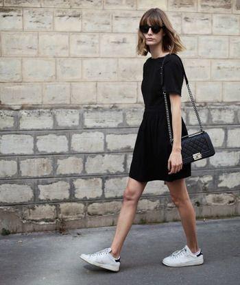Sí, es posible. Si tienes el típico vestido negro liso (el tejido ya es cosa tuya), las opciones se te multiplican en tus looks para este verano aunque aún no lo sepas. 26 looks con el mismo tipo de 'Little Black Dress'.