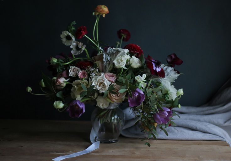 Ramo de novia de invierno #winter #weddingbouquet #anémonas #anemone #ramosdenovia #ranunculus #ranúnculo #tulips #tulipanes #darkmood #dutchmasters #flowers #photography #linen  #invierno #azahar