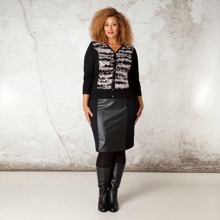 Dit modieuze vest met V-hals heeft een mooie, opvallende dierenprint van nepbont aan de voorzijde. Het vest is gemaakt van fijn gebreide stof en is el... Bekijk op http://www.grotematenwebshop.nl/product/vest-van-x-two-voor-vrouwen-met-grote-maten-23/