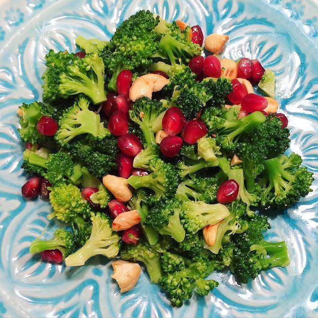 Brokkoli Salat mit Granatapfelkernen und gerösteten Cashews http://www.aliciouswonderland.com/2016/04/brokkolisalat-mit-granatapfel.html