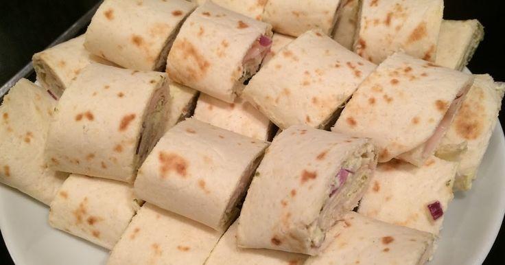 Hier tussen de blogs staat een recept van tortila tosti's en van een wraptaart  maar koud zijn ze ook heerlijk om te eten. Een goeie vullin...