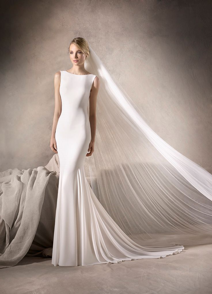 HARLOW - Marvellous mermaid wedding dress made entirely in crepe. The dress embraces the body and ends in a discreet bateau neckline, focusing attention on the gemstones decorating the end of the back.