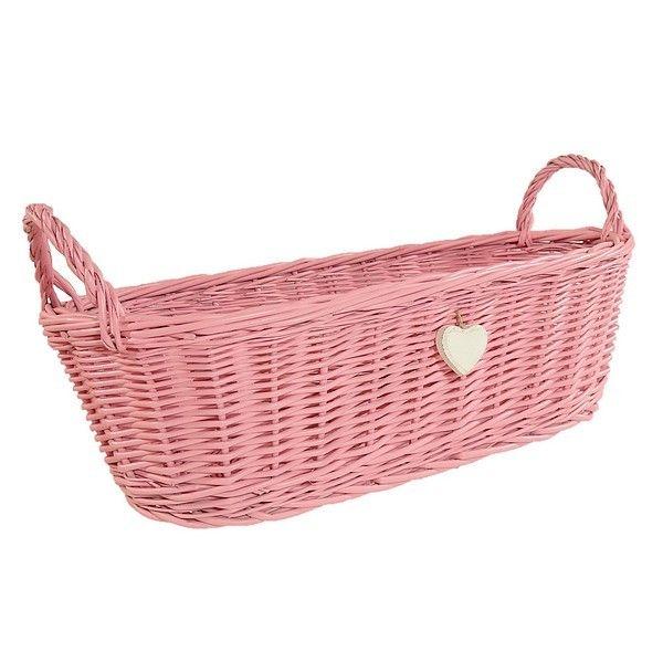 Różowy wiklinowy koszyk z uszkami zdobiony białym serduszkiem