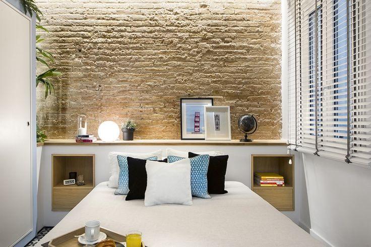 Piaskowe cegły w biało-błękitnej sypialni - Lovingit.pl