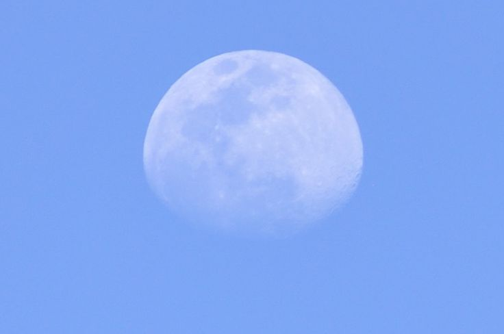 Daytime shot of the Moon (5/10/2014). 25% crop from original image. Nikon D90, 55-200mm @ 200mm, ISO200, F5.6, 1/500sec.