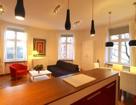 Schlafzimmer: zwei Einzelbetten oder ein Doppelbett, einen kleinen Tisch.  Badezimmer: Dusche, Haartrockner.  Wohnraum mit Küchenzeile: voll ausgestattet mit Mikrowelle, Kühlschrank, Toaster, Esstisch, Schlafsofa.  Andere Dienstleistungen: WLAN, Sat-TV, Bügeleisen  #Apartments   #Unterkunft   #Krakau   #http://www.antiqueapartments.com/apartments