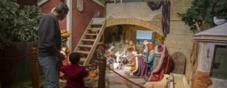 Un padre visita con su hijo la exposición de belenes que instaló durante la pasada Navidad la Diputación en el Palacio Provincial.