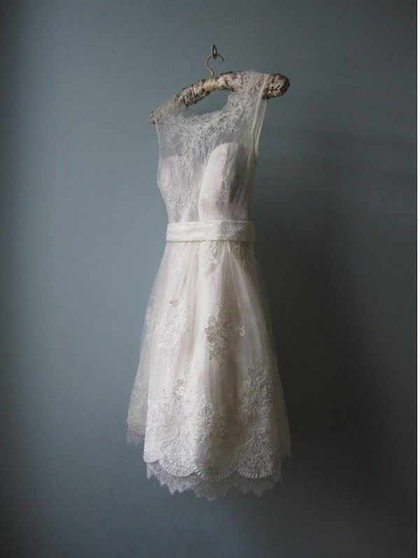 Vintage wedding dresses just the way we like them: short and sweet! | Wedding Party. Great short retro look!