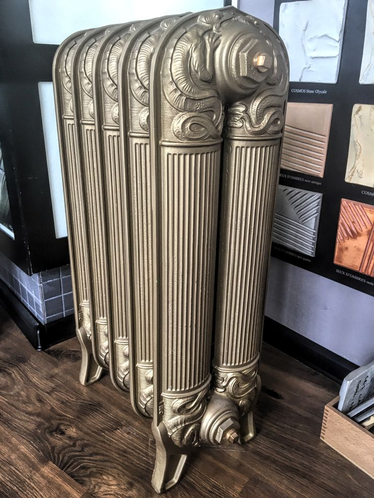 """""""August"""" old style iron radiator / grzejnik retro, żeliwny, złoty """"August"""" , na ekspozycji w naszym salonie sprzedaży przy ul. Bartyckiej 24/26 paw. 211 w Warszawie"""