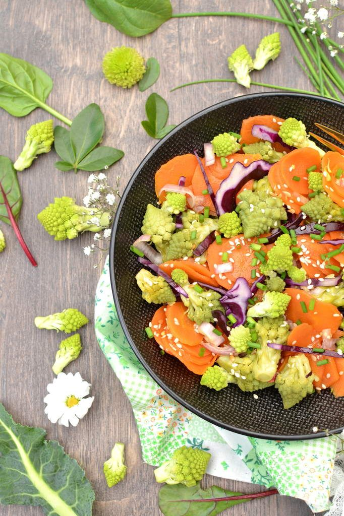 Salade de chou romanesco et carottes poêlés au sésame et chou rouge cru