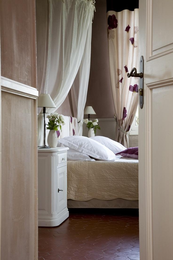 De superbes chambres d'hôtes spacieuses et raffinées dans le Lubéron et plus précisément à Gordes au sein de l'établissement La Bastide de Voulonne. Une très belle maison d'hôtes pour un séjour gourmand ou de détente dans le Lubéron