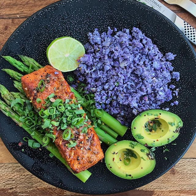 Double-tap if you could go for my #Dinner tonight: grilled southwest salmon + steamed asparagus + roasted (purple) cauliflower rice + mini avocado. About 75% of my plate is produce - play with your food and you can easily increase your veggie/fruit consumption. Salmon recipe on FitMenCook.com and FMC Apps, watch my IG Story NOW for roasted cauliflower rice. Tag a friend to share this idea! Boom. (traducción abajo) ----- Haz doble clic si cenarías este plato: salmón southwest a la parrilla…