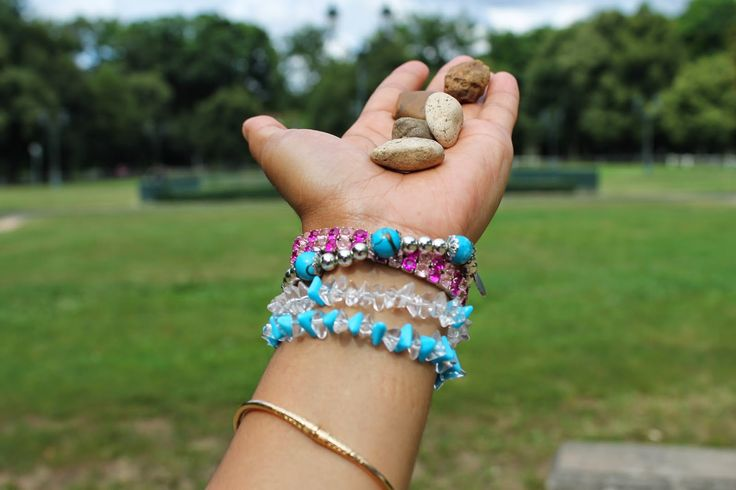 It is played with five little stones that children thrown in the air and catch on the back of the hand