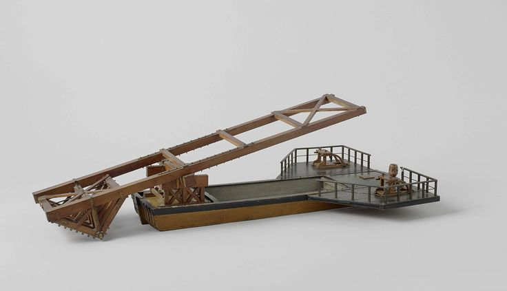 Anonymous | Model van een ijsbreker, Anonymous, 1750 - 1800 | Gepolychromeerd blokmodel van een ijsbreker. Het is een lange praam met twee vleugelvormige uitbouwen achter, waarop kaapstanders zijn geplaatst, en met een groot raamwerk balancerend op een as in een stoel op het voordek. Het voorste gedeelte van het raamwerk, dat voor het voorschip uitkomt, is voorzien van een zwaar raamwerk als een omgekeerd dak, met op de nokbalken een groot aantal bijlkoppen geplaatst. Het achtereind van de…