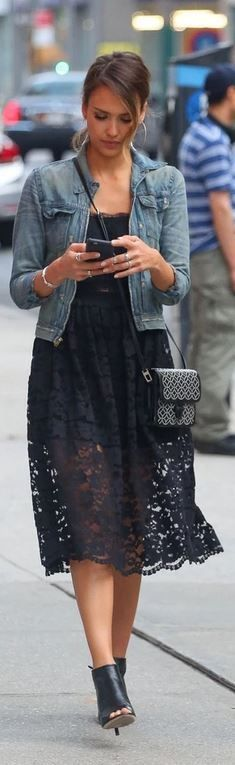Jessica Alba Romantic Street Style - Schwarzes Spitzenkleid kombiniert mit cooler Jeansjacke *** with crop top, black lace skirt, and print handbag ★