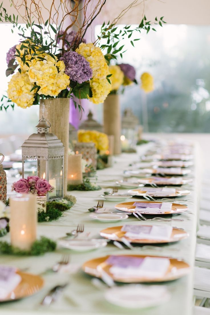 Faroles, floreros cilíndricos forrados en tela de yute, una gran decoración para bodas campestres. #BodasCampestresCali