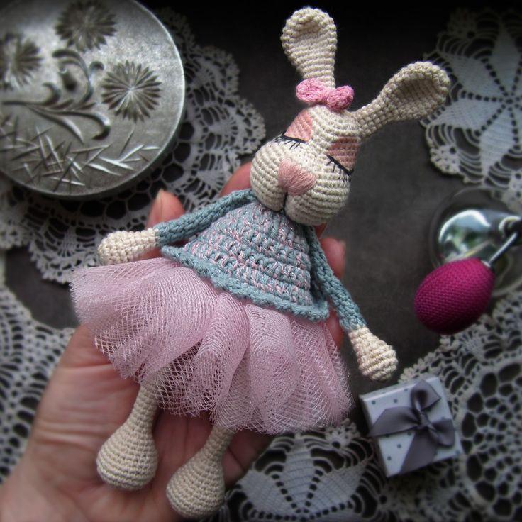 Новенькая зайка-сплюшка В эти щечки невозможно не влюбиться⚡ЗАЙКА-СПЛЮШКА С В О Б О Д Н А⚡ По вопросу приобретения в direct росточком 16,5 см, диаметр юбочки 9 см пряжа 100% хлопок одежда не снимается #artwork #handmade #amigurumi #weamiguru #knitting #crochet #proday_handmade #toys #handmadeplaneta #knittedtoys #мореидей #belmade_by #bunny #творчество #рукоделие #хендмейд #амигуруми #toys_gallery #вязаниекрючком #вяжутнетолькобабушки #авторскаяигрушка #instacrochet #cute