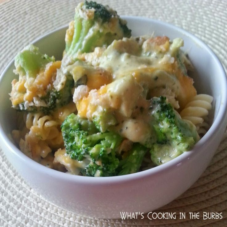 Slow Cooker Broccoli Cheddar Chicken Pasta 4 boneless skinless chicken breasts 1 tsp. garlic powder 1/2 tsp. salt 1/4 tsp. pepper 1 cup frozen chopped broccoli 1 can broccoli cheese soup 1/2 cup milk (I used 2 percent) 1/2 cup shredded four cheese blend (I used Kraft) 1/2 cup crushed reduced fat ritz crackers 8 oz. cooked pasta of your choice