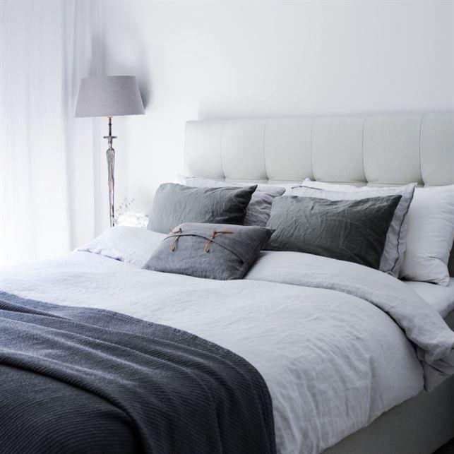 Sovrummet. Sovrummet har säng och sänggavel från Kungsängen och lakan från H&M home och Himla.