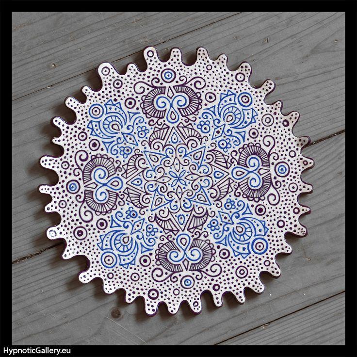 Wavy platter with blue and violet mandala pattern. Falista patera z niebiesko-fioletową mandalą.