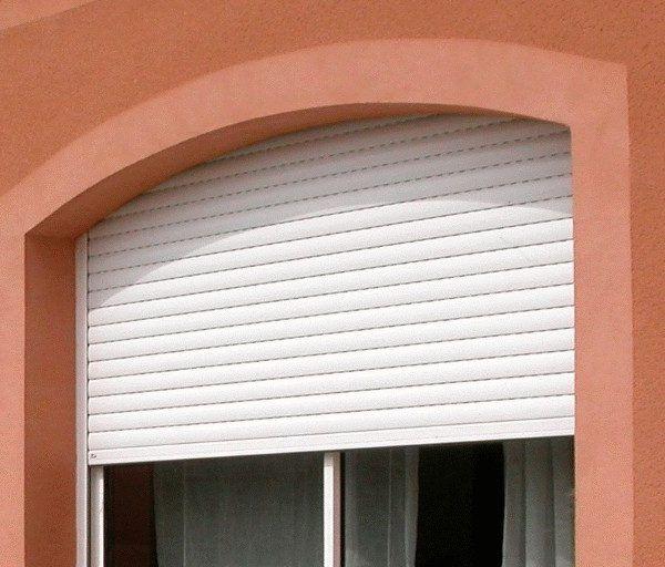 PERSIANAS PVC Persianas realizadas en PVC, material plástico de gran resistencia a las inclemencias meteorológicas, sin comprometer con ello su precio. Disponibles en cualquier medida, se presentan en una amplia gama de colores. Su colocación es posible incluso en ventanas que no cuentan con sistema de persiana de origen.