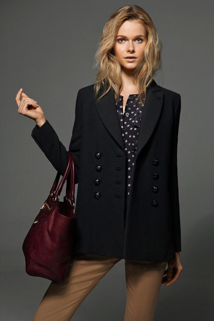 Abrigo negro, blusa de #lunares con bolso granate en Lookbook december www.massimodutti.com @Massimo Dutti / Encuéntralo en el Centro Comercial el Saler